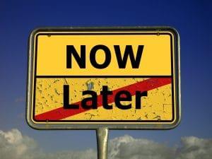 """Ortsschild, das anzeigt, dass man das """"Später"""" verlässt und nun """"Jetzt"""" betritt"""